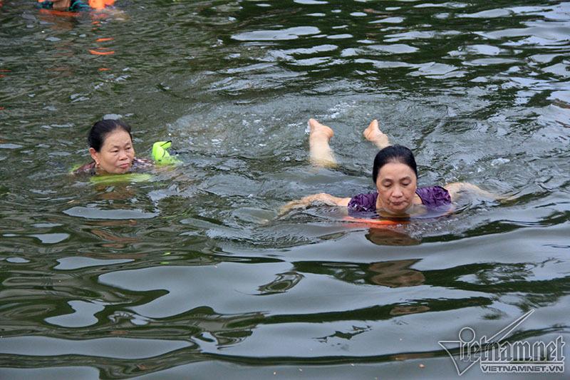 Ao tù hô biến thành bể bơi hút U60 'vùng vẫy'