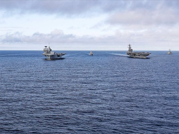 Cặp tàu sân bay khổng lồ Anh-Mỹ sánh đôi trên biển