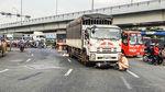 4 người trong nhà nguy kịch khi xe tải chạy ngược chiều tông trúng