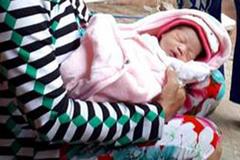 Bé gái sơ sinh bị thả trôi trên sông Hậu