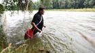 Người đàn ông bơi theo sông đi làm mỗi ngày vì ghét tắc đường