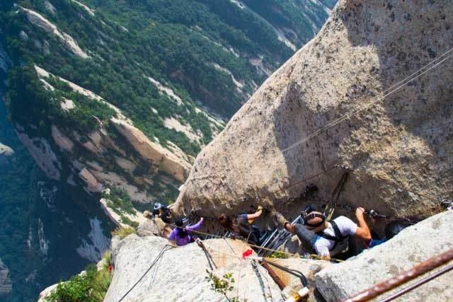 Chinh phục đường núi nguy hiểm nhất thế giới