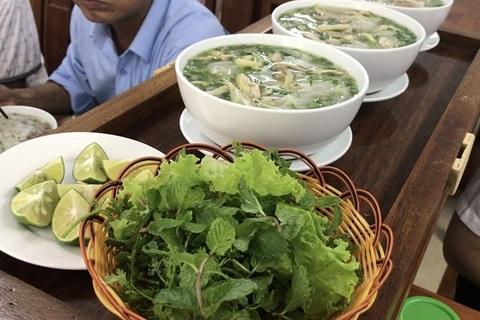 Quán phở lạ nhất Việt Nam: Điều khiển từ xa, phở tự chạy ra mời khách - ảnh 1