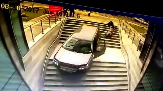 Quên kéo phanh tay, nữ tài xế để ô tô lao như tên bắn vào toà nhà