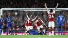 Arsenal đánh bại Leicester sau màn rượt đuổi điên rồ