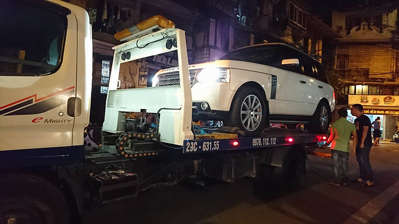 Range Rover tông chết bé trai 2 tuổi trên phố cổ