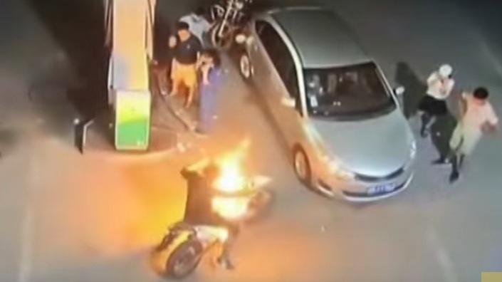 Xe máy bốc cháy dữ dội gây hoảng loạn ở trạm xăng