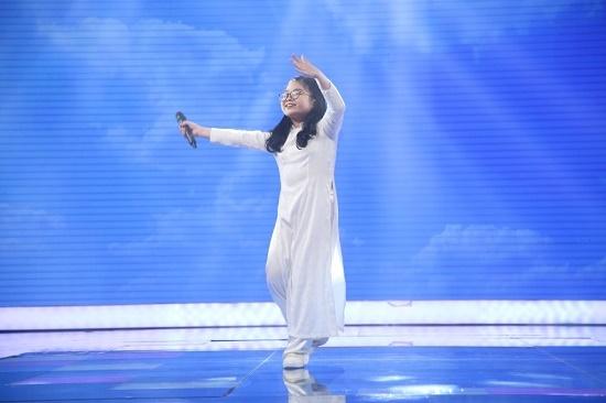 Cẩm Ly phấn khích cậu bé 7 tuổi vừa bịt mắt, vừa đánh trống