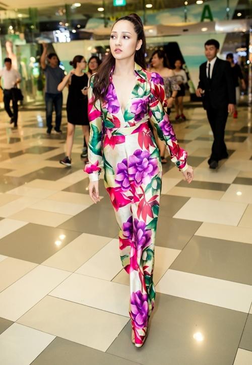 Ngọc Trinh gợi cảm với đầm 120 triệu, Mỹ Tâm sexy ở tuổi 36