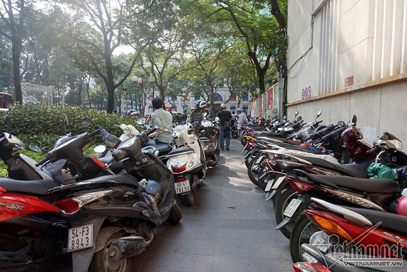 Ông Đoàn Ngọc Hải trảm bãi giữ xe trước cổng UBND quận 1 - ảnh 3