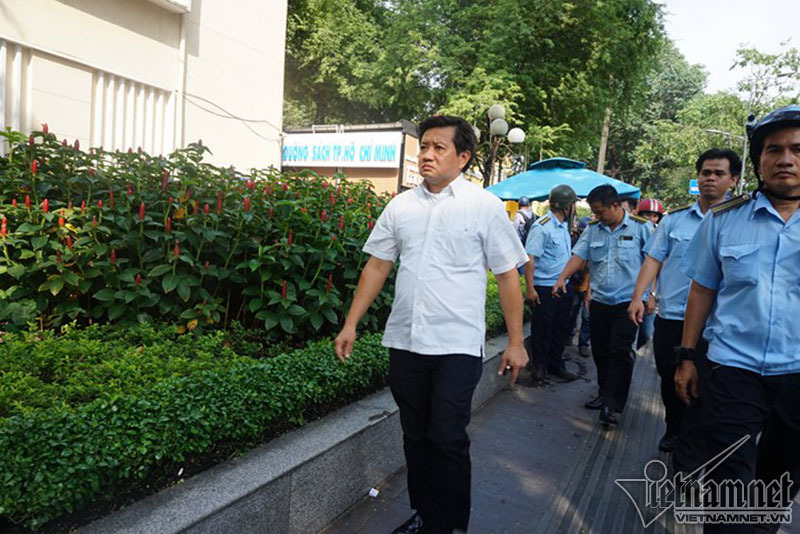 Ông Đoàn Ngọc Hải trảm bãi giữ xe trước cổng UBND quận 1 - ảnh 2