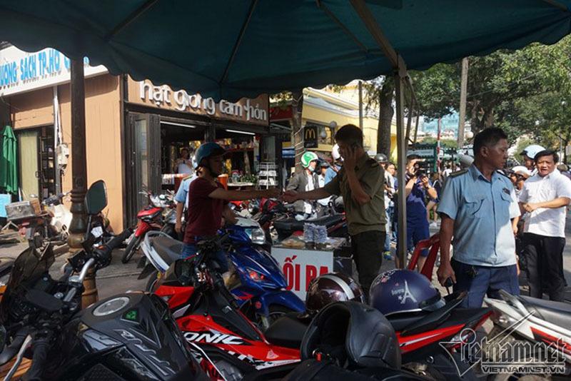 Ông Đoàn Ngọc Hải trảm bãi giữ xe trước cổng UBND quận 1 - ảnh 1