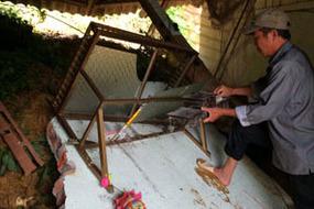 Sạt lở đất vùi lấp cả nhà, bé gái 5 tuổi chết thương tâm