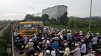 Xe tải đối đầu văng xi măng tung tóe, cửa ngõ thủ đô ùn dài