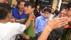 Danh tính nam thanh niên mặc quần áo công an bị dân tát giữa phố