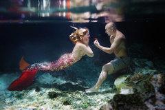 Ảnh cầu hôn dưới nước siêu lãng mạn của cặp đôi người Mỹ