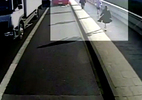 Hành động gây sốc của người đàn ông với 1 phụ nữ trên đường