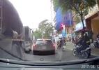 Vượt ở điểm mù, xe con bị xe bồn đè nghiến