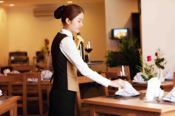 Cách đưa tiền tip trong nhà hàng, quán xá Việt Nam