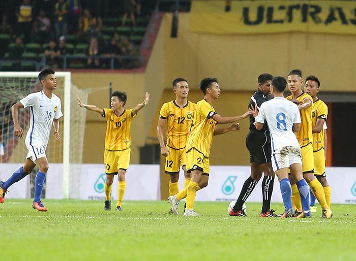 """Cầu thủ U22 Malaysia và Brunei suýt """"tẩn"""" nhau trên sân"""