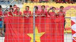 Hàng trăm công nhân xin nghỉ làm đến sân cổ vũ U22 Việt Nam