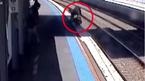 Mẹ bất cẩn để xe nôi lăn xuống đường tàu