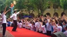 Thầy hiệu phó cùng học trò nhảy tưng bừng trên sân trường