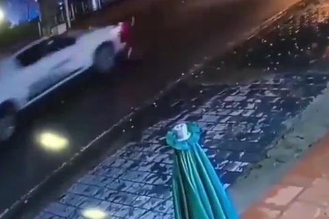 Lao sang đường như tên bắn, cậu bé bị ô tô tông ngã sấp mặt