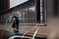 Đùa với tử thần, thanh niên đầu trần bốc đầu xe trên cao tốc