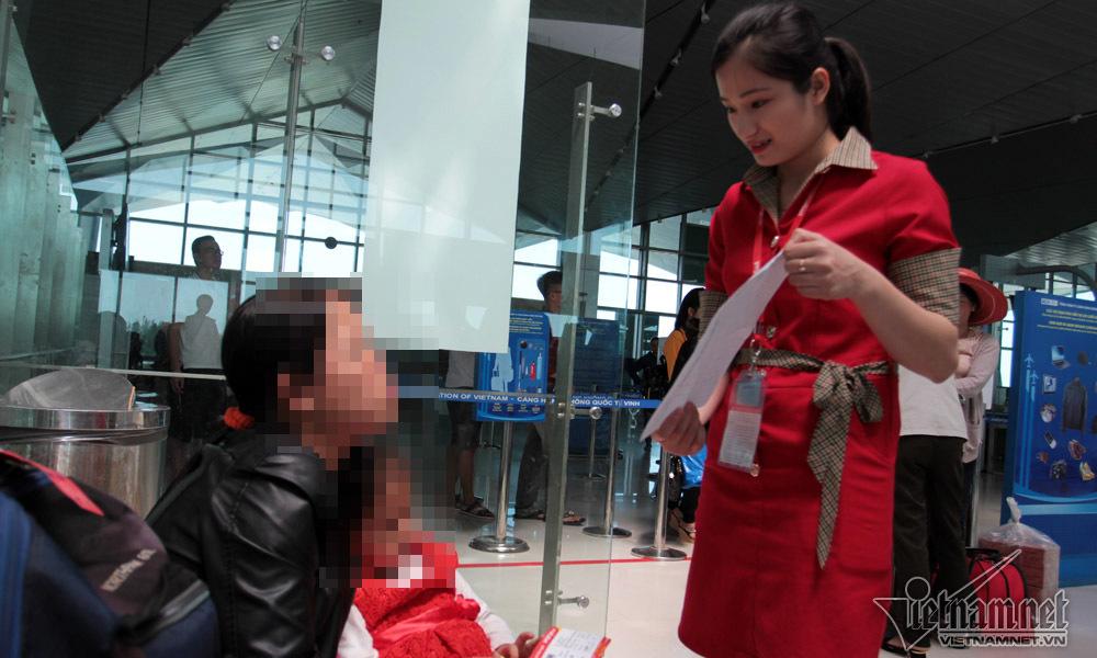 Gà quang quác trên bàn cân ký gửi hành lý máy bay