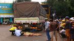 Cô gái bị xe tải cùng chiều cuốn vào gầm tử vong