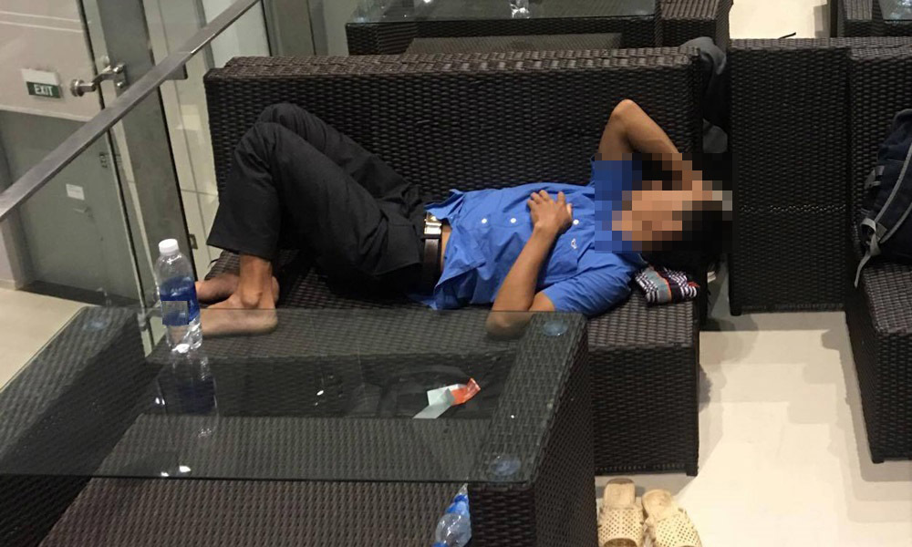 Mở tung nhà vệ sinh sân bay gọi khách ngủ quên