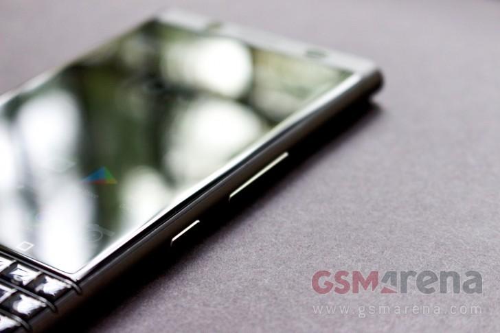 Cận cảnh phiên bản BkackBerry KEYone đặc biệt với màu đen huyền bí