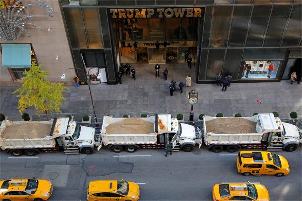 Lý do hàng loạt xe tải đầy cát 'vây kín' tháp Trump