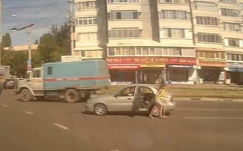 Không đóng chặt cửa xe, bé sơ sinh văng ra giữa đường