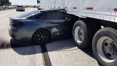Bị tạt đầu, BMW rúc thẳng vào gầm xe container