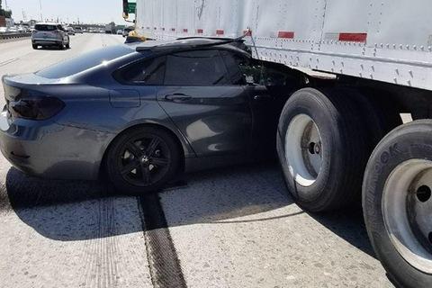 Bị Infiniti chạy ẩu tạt đầu, BMW rúc thẳng vào gầm xe container