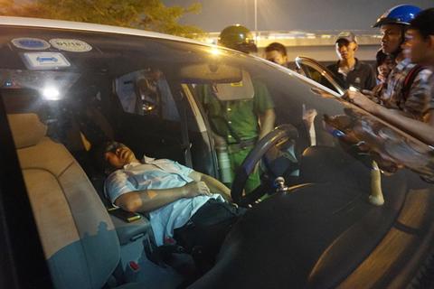 Đậu chiếm vỉa hè đường Võ Văn Kiệt nhưng chiếc  ô tô 4 chỗ bất ngờ được ông Đoàn Ngọc Hải chỉ đạo đoàn kiểm tra không xử lý khiến nhiều người bất ngờ...