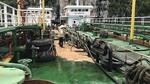 Hàng trăm lít dầu tràn ra vịnh Hạ Long