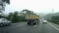 Vì sao nên tránh xa xe tải?