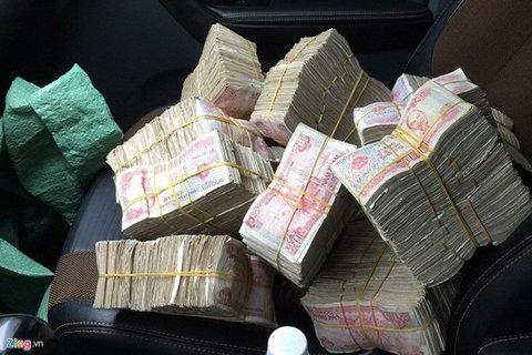 Khách hàng mang tiền lẻ đi mua nhà, siêu xe khiến nhân viên đếm tiền 'khóc thét'