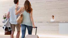 Chồng ôm eo gái trẻ vào khách sạn để 'tư vấn việc làm'