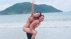 Kim Lý đăng ảnh cõng Hồ Ngọc Hà ở biển