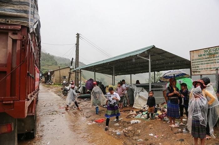 Tặng 4.000 tấm lợp cho người dân vùng lũ Yên Bái