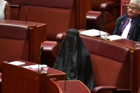 Quốc hội phát hoảng vì nữ nghị sĩ mặc đồ đen kín mít