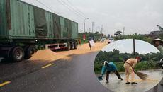 Cảnh sát giao thông đội mưa gom ngô giúp xe bị nạn