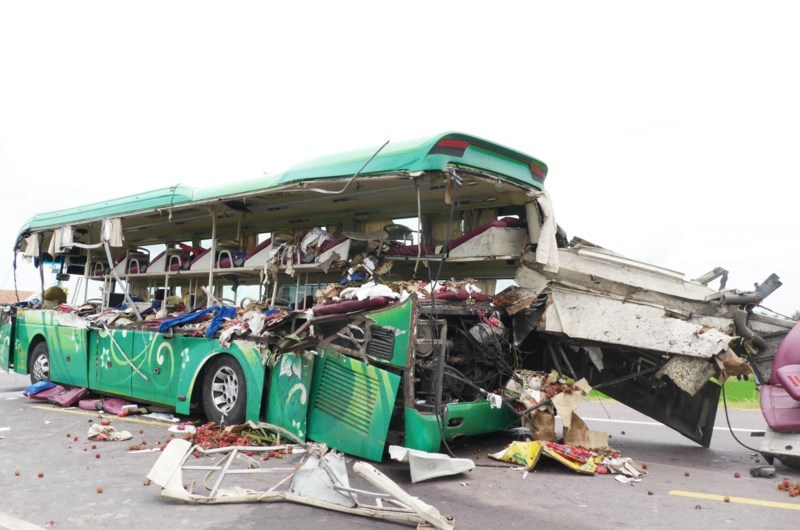 Lưỡi máy ủi chém thân xe khách khiến 5 người chết thảm