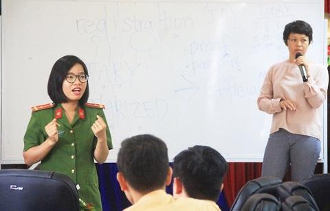 Cô giáo Mỹ dạy tiếng Anh cho cảnh sát giao thông Việt