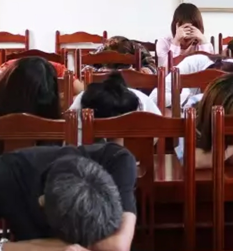 Đột kích quán karaoke làng, phát hiện 12 thanh niên phê thuốc