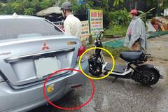 Vừa che ô vừa dùng điện thoại, lái xe đạp điện đâm vào đuôi ô tô